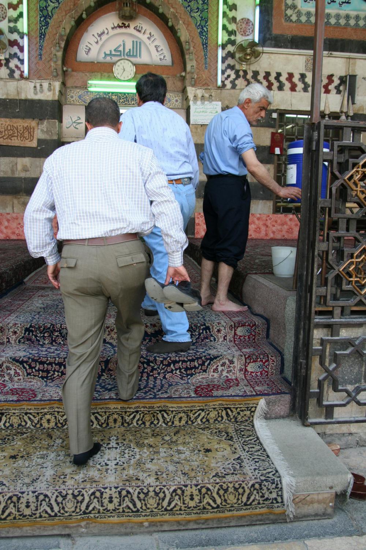 A cipőt le kell venni a mecsetbe lépés előtt