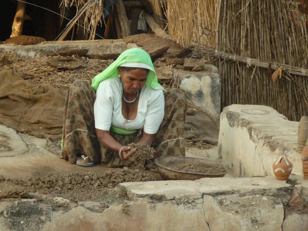 Abhaneriben agyagot készít elő egy nő a fazekasoknak