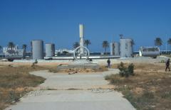 Sivatagi vízvezeték emlékműve Tripoliban