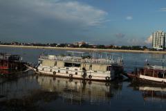 Hajók a Tonleszap folyón Phnom_Penhnél