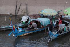 Lakóhajók a Mekongon Phnom Penhnél