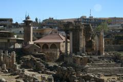 Az ókori romokra épült város. Baalbek, Vénusz templom