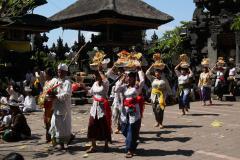 Balin Goa Lawah templomnál istentisztelet