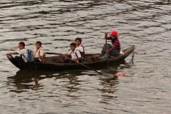 Hazafelé az iskolából a Tonle Szap tavon