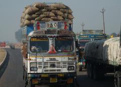 Agra-Fatehpur Sikriben teherautóval szállítás