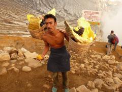 Jáván az Ijen vulkánon kén szállítás