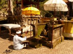 Balin Gunung Kawi hindu templomban imádkozó