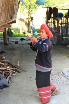 Baan Tong Luang falunál zenél egy férfi