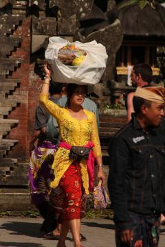 Balin adakozáshoz viszi az ajándékokat