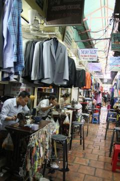 Szabóműhelyek a Toul Tumpung piacon, Phnom Penhben