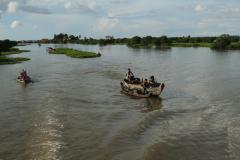 Úszó növénysziget vontatása a Tonle Szap tavon