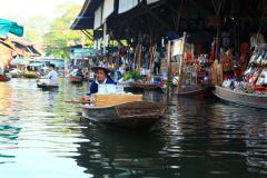Damnoen Saduaknál úszó piac