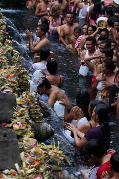 Balin Tirtha Empul templomnál rituális mosakodás